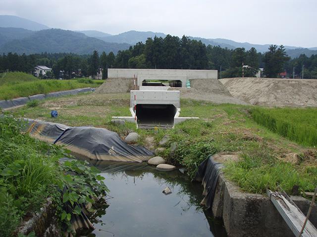 緊地改第122-4号 主上越新井線(山麓線BP)上中田工区盛土・用水路BOX工事
